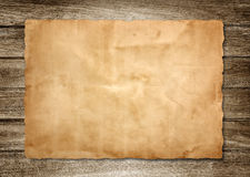 在木头的老纸张 免版税库存图片