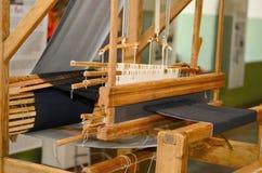 在木头的老纺丝机 库存照片