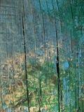 在木头的老蓝绿色油漆 库存照片
