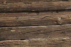 在木头的老谷仓排柱 免版税库存图片