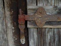 在木头的老铰链 免版税图库摄影