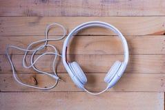 在木头的耳机 免版税图库摄影