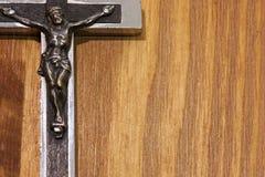 在木头的耶稣受难象框架 免版税库存图片