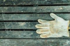 在木头的肮脏的手套 图库摄影