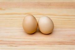 在木头的自然有机鸡蛋 免版税库存照片