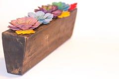 在木头的花的布置 免版税库存图片