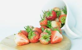 在木头的草莓 免版税库存照片