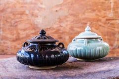 在木头的葡萄酒陶瓷罐 免版税库存照片