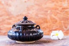在木头的葡萄酒陶瓷罐 库存图片