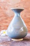 在木头的葡萄酒陶瓷花瓶 免版税图库摄影