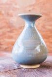 在木头的葡萄酒陶瓷花瓶 库存图片