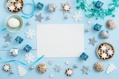 在木头的蓝色圣诞节装饰 免版税库存图片