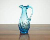 在木头的蓝色花瓶与反射 图库摄影