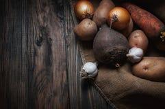 在木头的蔬菜 生物健康食物、草本和香料 库存照片