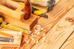 在木头的被分类的工作工具 复制空间 库存图片