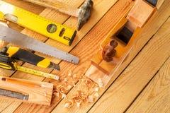 在木头的被分类的工作工具 复制空间 免版税库存图片