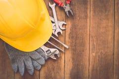 在木头的被分类的工作工具 免版税库存照片