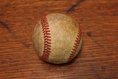 在木头的被用完的棒球 免版税图库摄影