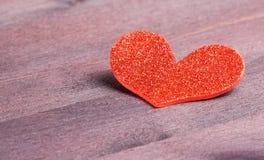 在木头的装饰红色心脏,爱的概念 库存照片