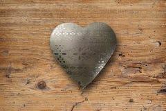 在木头的金属心脏 库存照片