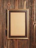 在木头的金框架 库存照片