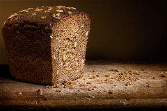在木头的面包 免版税库存图片