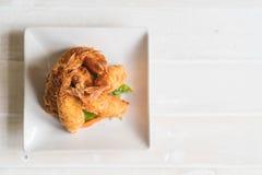 在木头的面团油煎的大虾 免版税库存图片