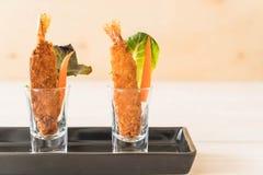 在木头的面团油煎的大虾 免版税图库摄影