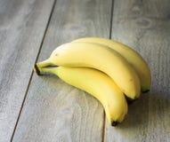 在木头的香蕉 库存图片