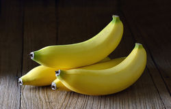 在木头的香蕉 免版税库存照片
