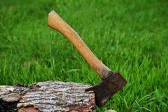 在木头的柴刀 免版税库存照片