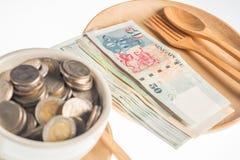 在木头的货币 库存图片