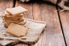 在木头的黄油饼干 免版税库存图片