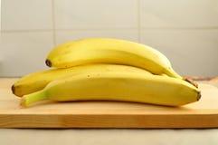 在木头的黄色香蕉 免版税图库摄影