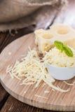 在木头的Emmentaler乳酪 免版税图库摄影