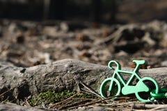 在木头的MTB A小绿色自行车 库存照片