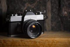 在木头&石头背景的葡萄酒照相机 免版税图库摄影