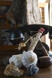在木洗脸台的大蒜串 图库摄影