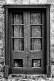 在木头被构筑的窗口后的花边窗帘 图库摄影