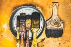 在木头被绘的背景的油漆刷子 免版税库存照片