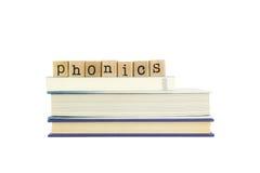 在木头邮票和书的看字读音教学法词 免版税库存照片