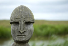 在木头雕刻的北欧海盗战士 免版税库存照片