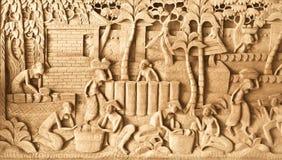 在木头雕刻的人们 免版税库存图片