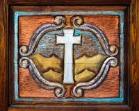 在木头雕刻的圣洁十字架 库存照片