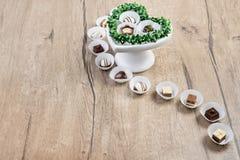 在木头,文本空间的块菌状巧克力 免版税库存图片