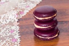 从在木bacground的法国macarons耸立 库存照片