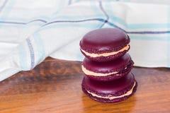 从在木bacground的法国macarons耸立 免版税库存照片