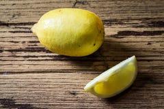 在木backgound的柠檬 免版税图库摄影