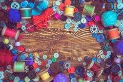 在木baclground的衣裳按钮 图库摄影