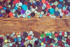 在木baclground的衣裳按钮 库存图片